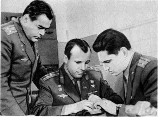 Ю.А.Гагарин, А.Г.Николаев и Б.В.Волынов на занятиях. 1966 г.