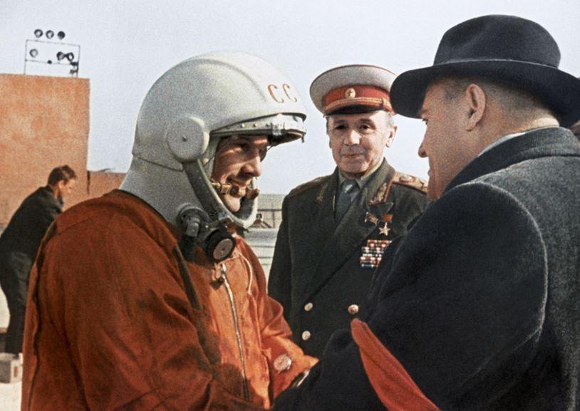 Ю. Гагарин перед старотом космического корабля.