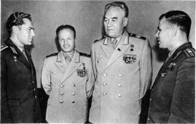 После полета в космос Г.С.Титова. С главным маршалом авиации К.А.Вершининым. Август 1961 г.