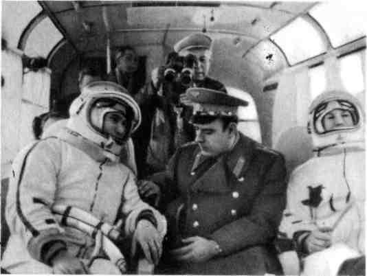 Перед выходом человека в космос. П.И.Беляев, В.М.Комаров и А.А.Леонов в автобусе на пути на космодром.