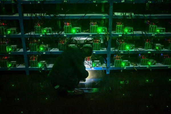 Ночная смена на небольшой майнинг-ферме (Китай)