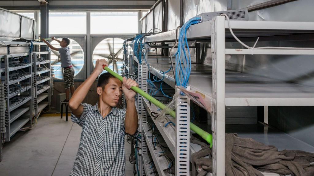 Рабочие на майнинг-ферме