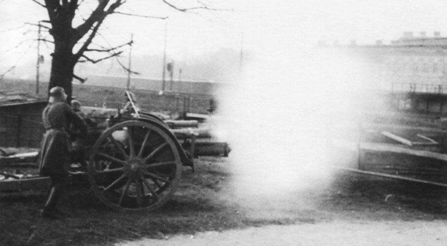 Артиллерия с набережной Дуная ведет огонь по восставшим, закрепившимся на противоположном берегу.