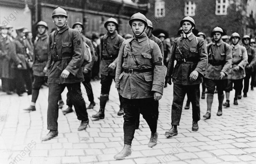 Демонстрация шуцбундовцев. Социал-демократические боевые дружины носили не рогатые штальхельмы, как отряды хеймвера, а округлые каски.